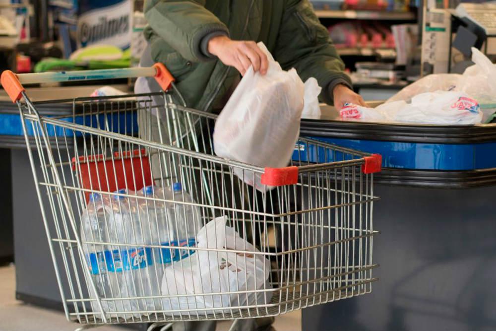 Bolsas de plastico suficiente con ponerlas de pago-fluyecanarias 1
