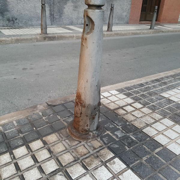 201807 El pis de los perros muy nocivo para las farolas y el mobiliario urbano 2