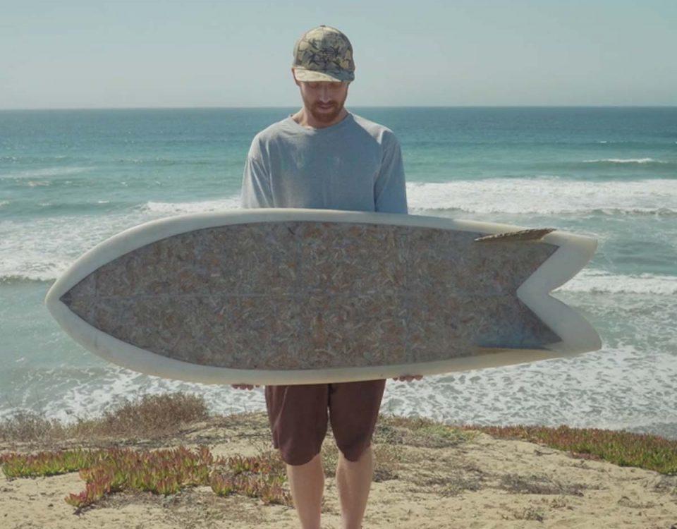 201807 La primera tabla de surf hecha con 10.000 colillas, por Taylor Lane