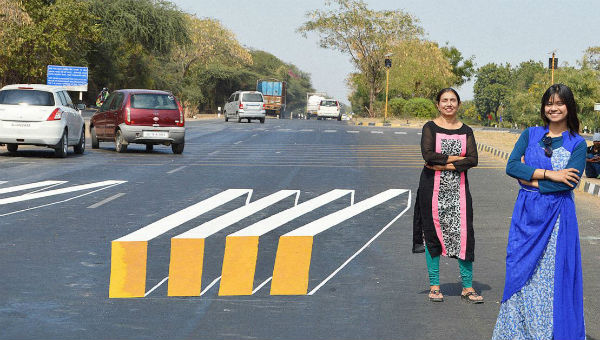 Saumya Pandya Thakkar y Shakuntala Pandya en uno de los pasos de peatones 3D creados en La India.